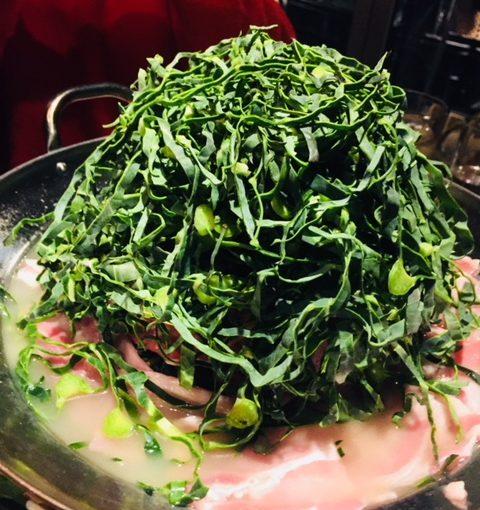 渋谷「STAND BY FARM」のケールと豚バラの薬膳火鍋